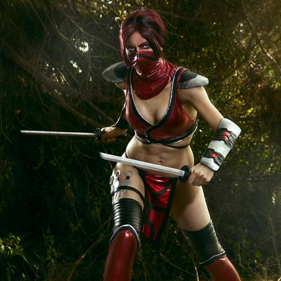 Skarlet has four kunai strapped onto her right leg